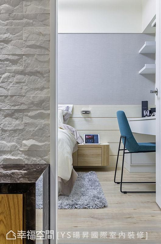 主卧室以现代简约为题,床头壁面透过壁纸结合木作腰板呈现,搭配鲜明跳色软件,营造自然舒适的休憩氛围。