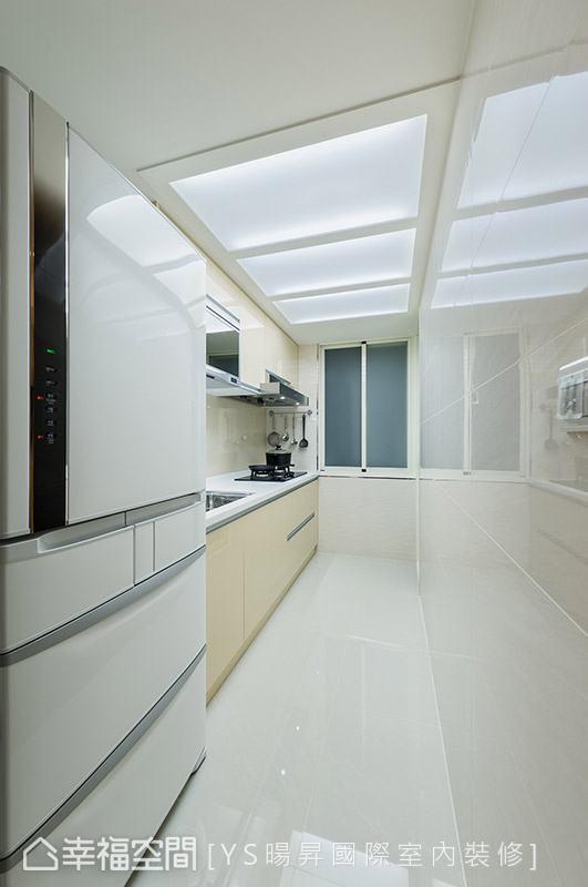 利用流明天花设计,提供均匀、明亮的照明需求,打造干净舒适的料理环境。