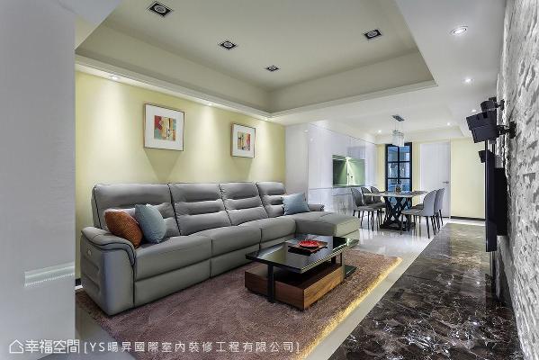 在整体洁白纯净的基底中,沙发背墙特别漆上鹅黄色,为空间添色加温,融化冰冷视觉。