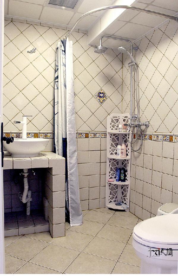 砖砌洗手台,释放了原本面积不大的卫浴空间,达到了最大化利用的效果。