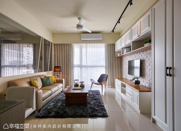 客厅主墙的设计上,运用美式造型的艺术门板搭配质朴的文化石材质,挥洒清新明亮的美式风采。