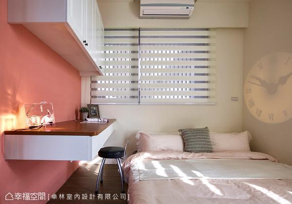 以粉红色为主的女孩房,提供一个柔美缤纷的卧眠空间,并以投射的时钟增添整体的趣味性。