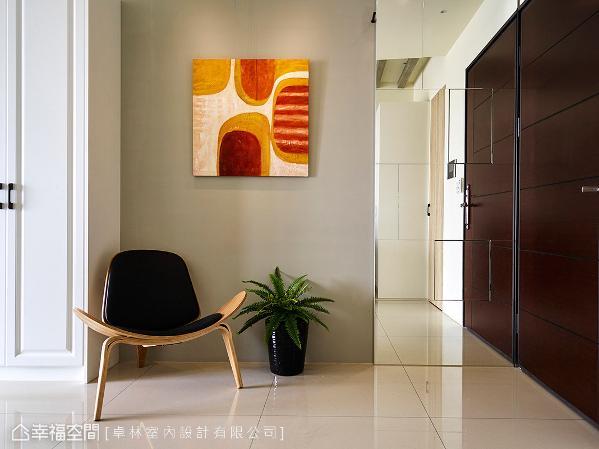 卓林室内设计透过艺术场景的端景墙,与整面式、隐藏电箱的穿衣镜,将空间美学淬炼出来。