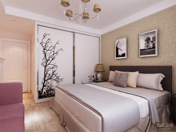 金属材料、玻璃+色彩+线条简洁的家具、简洁大方的装饰造型、时尚的软装饰。整体采用暖色系列,客餐厅通铺白色花纹地砖,加深颜色波打线,电视背景墙用地板加以突出,卧室铺木地板,床背景墙用壁纸加以修饰。