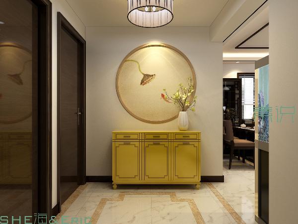 玄关的位置为业主设计了独具中式特色的圆形图案及边框端景,从地面的波打线造型到鞋柜的外观及颜色选用上都经由主案设计师严苛选择。