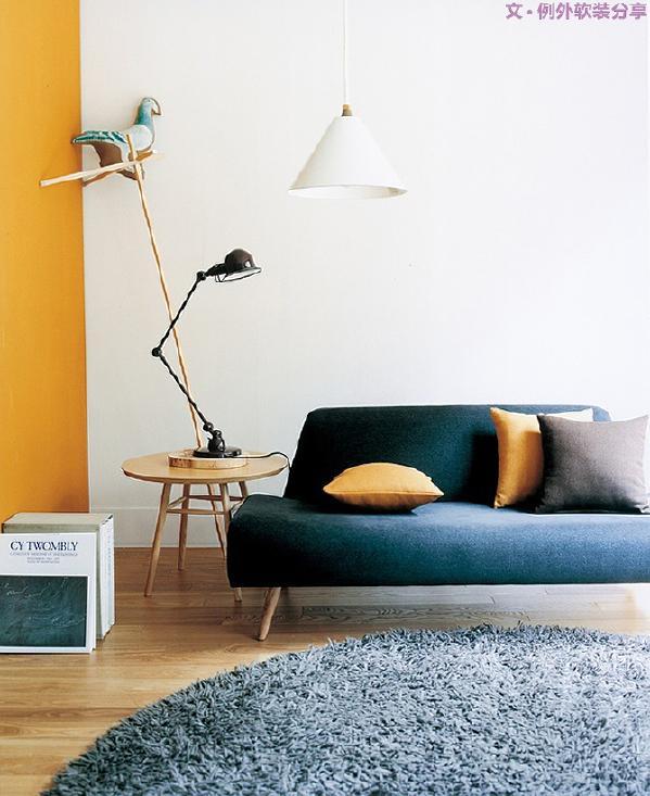 在现代简约风格里,家具最大的特点是强调功能性设计多于款式设计,设计线条简约流畅,色彩对比强烈。