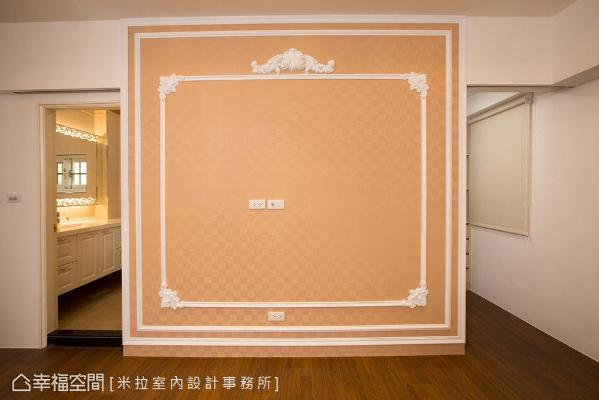 电视墙以壁纸和线板做搭配,并将空间一分为二,左侧为主卧卫浴,右侧则是更衣室。