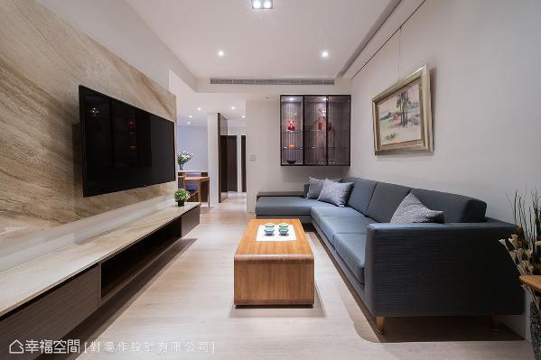 降低使用木作机会,施作大理石电视墙,和玻璃展示柜做为入门端景,让室内无多余装潢造型。