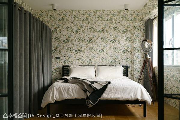 壁面与梁柱特别铺贴花卉图腾壁纸,消弭结构线条带来的不适感。传统的衣柜也以布帘取代,解决原先走道空间过小的问题,柔软的质感也带来放松效果。