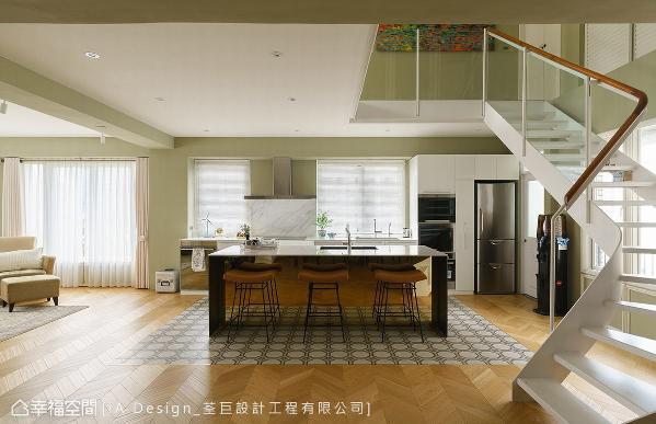 全室地坪采木地板铺陈,考虑餐厨区的清洁便利性,特别利用欧洲八角花砖做界定,也为空间视觉增添丰富感。