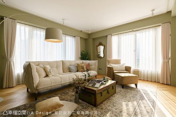 Kevin杨宥祥设计师拆除原先位于客厅的卧室,将最好的采光面保留给公共区域,让丰沛阳光涌入室内,带来温暖明亮的轻透光感。