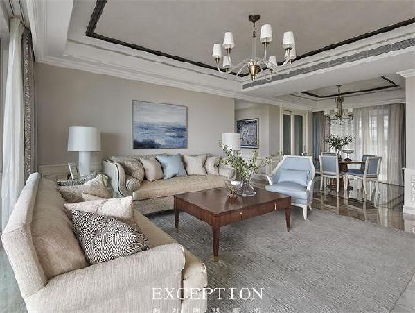 在别墅软装设计中,色彩的协调搭配瞬间可以提升整个空间的品味。   墙上的两幅挂画与湖蓝色的抱枕和单人沙发椅互相呼应,坐在客厅宛若身在海边,清新的海风吹进了心里。爱马仕方巾挂画的加入,让时尚与典雅升级。