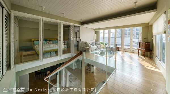 二楼则规划为小起居室与主卧,同样采开放、穿透的设计手法,将光线引援入室,带来度假般的居家氛围。
