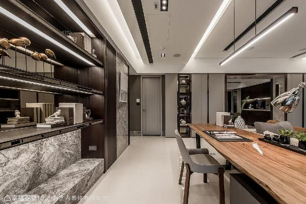 以开放式手法规划书房空间,延长视觉景深,背墙的展示平台也顺势成为客厅端景装饰。