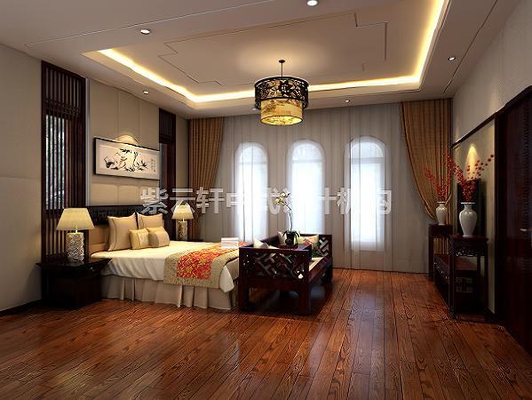 主卧纯实木地板,红木精工的床榻和电视柜,素陶内红梅花儿正盛,床头一副装裱好的水墨丹青,整个房间留白充足,素雅淡然之间又溢满了古典中式装修的那种厚重与踏实的气息。