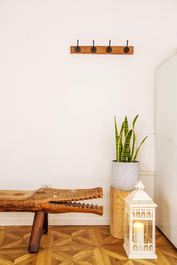 客厅角落里的鳄鱼凳也是巴厘岛带回来的, 从前一直放在老曹的卧室里,上面摆满了各种书。