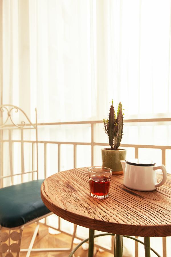 阳台的老榆木边桌,那个时候用老榆木的人还很少。