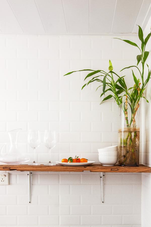 厨房角落里特意设计了一个可以收纳和陈列的隔板。