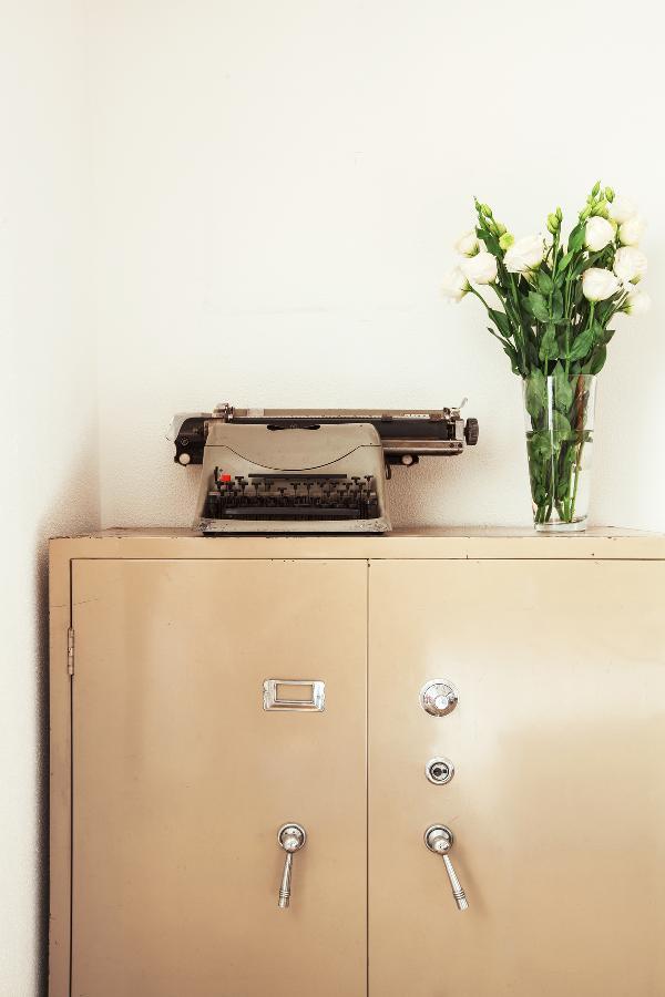卧室里的铁皮文件柜也是多年前淘来的宝贝。