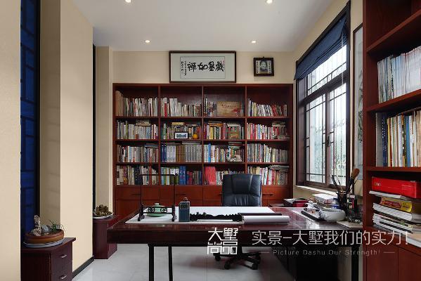 诗与禅贯穿于整个书房空间,一套典雅朴素的中式家具、一幅意蕴横生的水墨画、一方古色古香的瓷瓶、一个满是中国情趣的笔架、欲遮还休的纱帘、飘逸的窗棂……