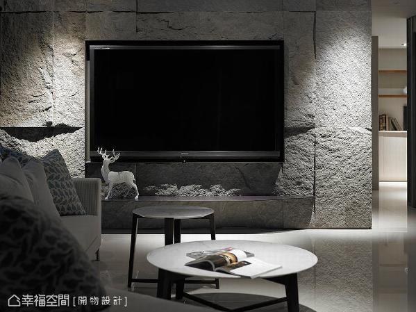 设计师杨竣淞与罗尤呈运用粗犷肌理的石皮,作为电视主墙的立面表现,围塑恢弘大器的面貌。