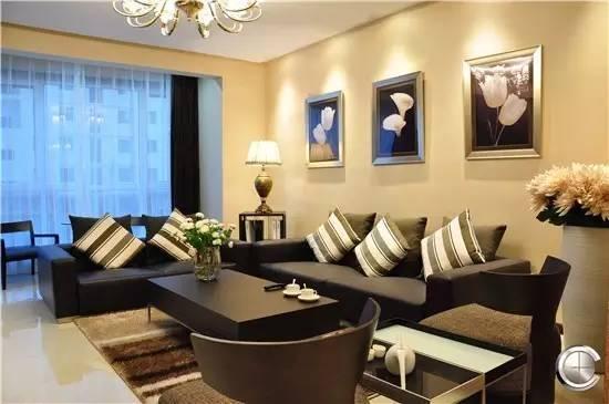 深色家具,用条纹抱枕搭配,做一个跳色,可以有拉伸空间的效果