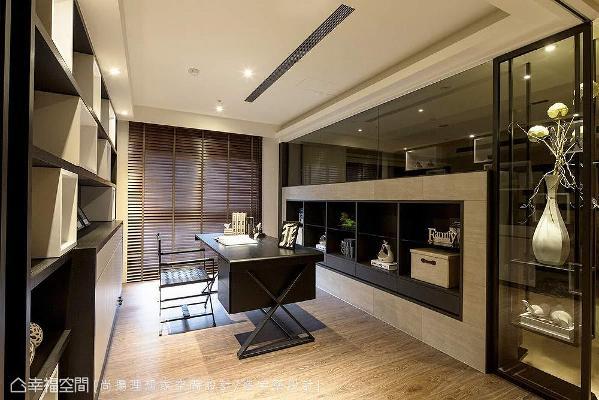 书桌前方收纳柜体与电视墙为双向使用,兼具收纳与展示等多元机能,右侧的铁件表示层板,则作为公领域转折的视觉焦点。