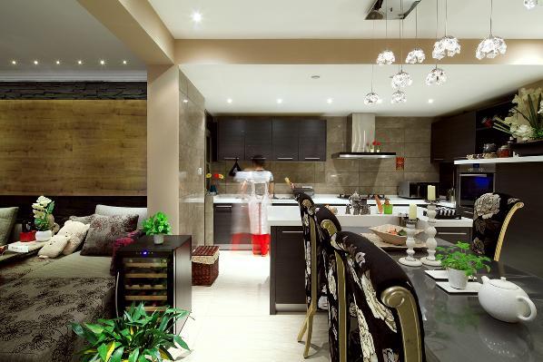 餐厅采用开放式的设计理念,和厨房相通,加上深冷色系的橱柜颜色和餐厅家具的呼应,整个空间尽显低调的高贵时尚感。