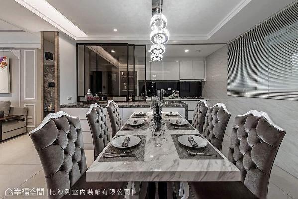 客、餐厅采无隔间规划,以大理石餐桌与拉扣餐椅烘托室内风格设计。