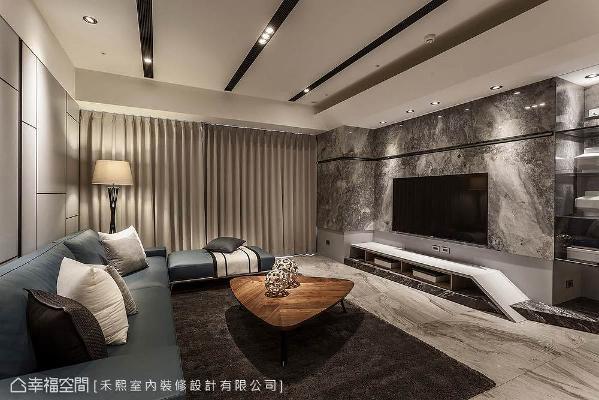 谢张志升与林宗仪设计师依循屋主的喜好,挑选纹理斑斓的大理石与地砖,做为电视墙与地坪的材质。