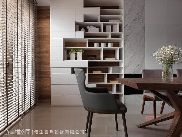 壁面以木纹打底,搭配以几何造型打造的收纳展示柜,局部穿插石材纹路,演绎材质混搭之美。