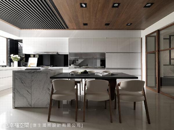 L型厨具、中岛与餐桌相融一室,形成宽敞流畅的开放式餐厨区,成为一家人团聚互动的最佳场所。