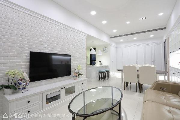 选用白色文化石铺陈电视主墙,带些许粗犷朴质感,透过照明展现不同光影变化,让整体纯净的空间更具层次感。