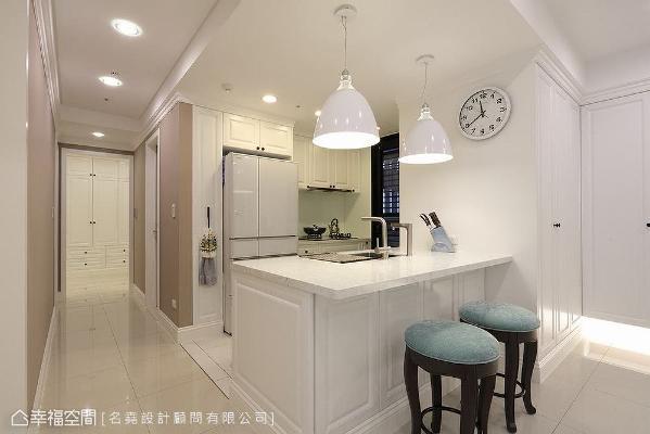 拆除厨房原有墙面,让视野与光线得以穿透;内部机能配置也完全针对屋主使用习惯做规划,宽敞的活动空间也足以让俩人同时使用。