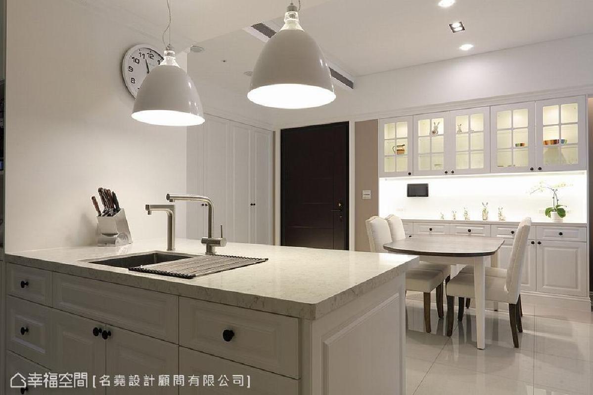 首页 装修效果图 于开放式厨房设置中岛吧台,搭配温暖灯光,营造出休闲
