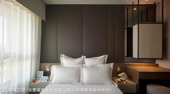 空间因人而生,为屋主构筑饭店质感的卧眠空间,并于化妆桌上方规划一个吊柜,将镜面与收纳设计其中。