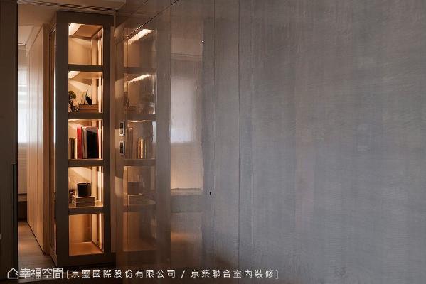 京璽國際在多功能和室内,规划一个由金属结构砌出的三面展示柜,完美呈现极致工艺与成熟技术。