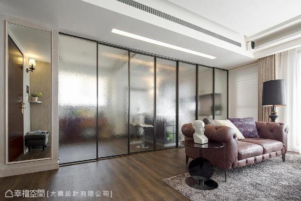 客厅与餐厅以拉门为隔间,采毛玻璃设计,除了避免阻碍光线和视线延伸外,也带来隐约的遮蔽效果。