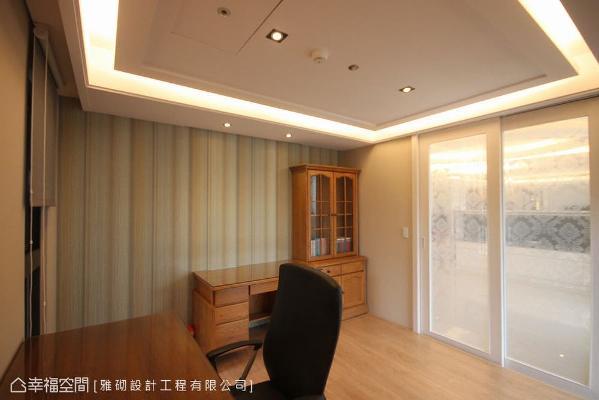 以和室设计概念打造,设置夹纱玻璃门带来遮蔽效果,让午睡小憩空间拥有隐密性。