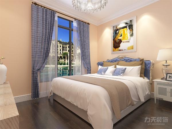 主卧墙面为浅黄色乳胶漆,次卧墙面为白色乳胶漆。与客厅家具色调调相统一,欧式简约的双人床与白色床头柜,再搭配上具有储物功能的白色衣柜,电视柜也为白色,整体空间简洁明亮。