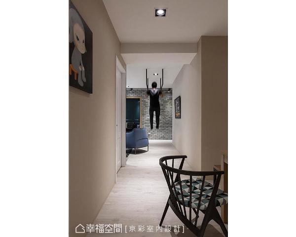 不浪费全新的建材物料,京彩室内设计将建商原始门片喷白处理,使之和谐融入设计风格。