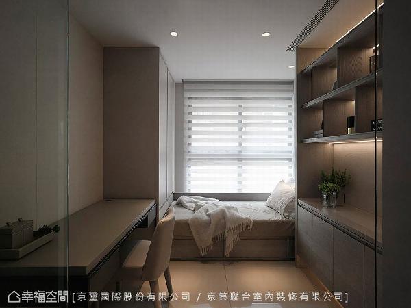 京璽國際沿窗规划休闲卧榻,创造出舒适和放松段落,让收纳柜进驻空间,与书桌合而为一,变化出书房和客房功能。