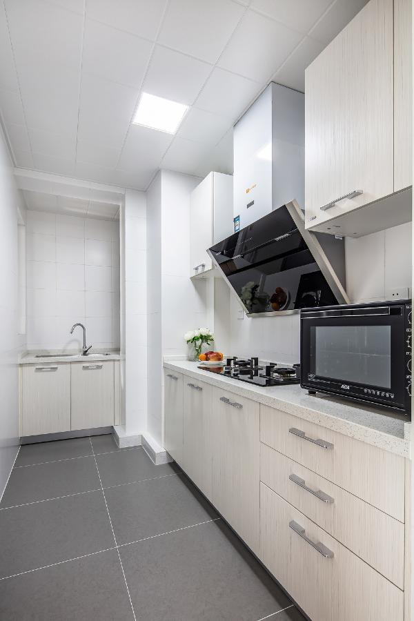 利用设备平台的空间将厨房扩大,满足了主人烹饪时对操作台面的需求,同时铺贴白色的墙砖使得空间更为明亮。