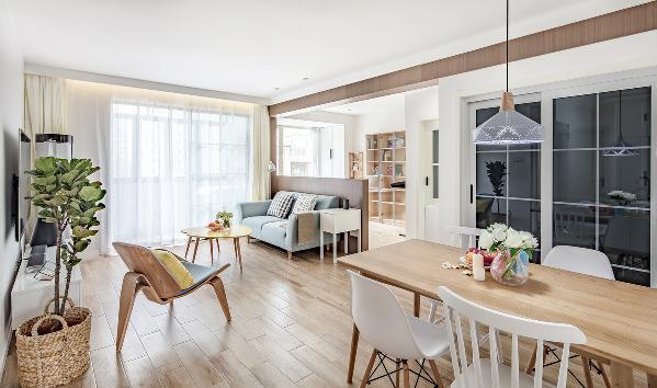 拆除了客厅与书房之间的墙体,做成的半高隔墙与原承重梁用木饰面包裹起来,在空间上得到了视觉上的延伸,两个空间的光源相互通融交汇,使得两个空间既有独立功能,又相互连通。