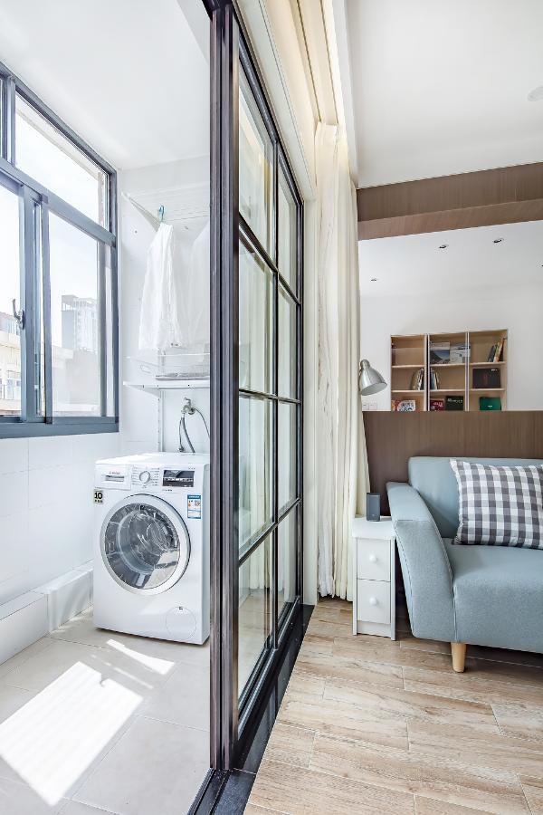 阳台黑色边框玻璃格子推拉门,不仅使阳台看起来通透,而且增加了客厅的采光与通风。