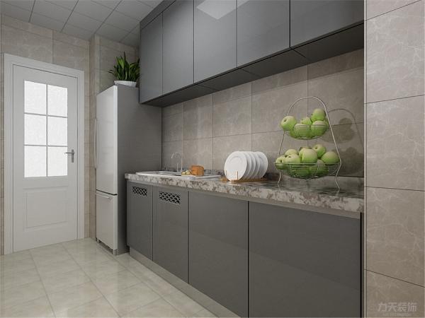 厨房的设计很简单,用深色的墙砖和银灰色的橱柜搭配,整体显得很干净