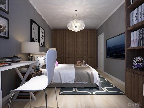 次卧没有做过多的设计,因面积较大,内放有书柜和书桌,整体的家具选择简单舒适