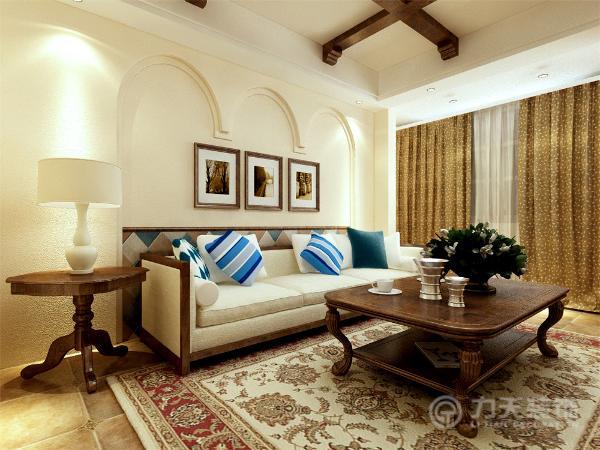 客餐厅区域的地面选取的仿古砖,复古中带有时尚之感,简洁大方又不失细节。沙发的选择是乳白色的厚实布艺沙发,茶几、电视柜材质的选择,具有木材的文理和质感,创造出一种古朴的质感,表现出粗狂的美式乡村风格。