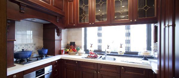 厨房的多功能还体现在家庭内部的人际交流多在这里进行,这两个区域会同起居室连成一个大区域,成为家庭生活的重心。