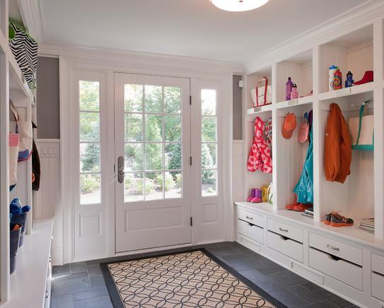 一进门是两排收纳容量超大的储物柜,白色透亮亮的感觉延展空间视觉效果